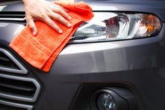 Hand schoonmakende auto Stock Afbeelding