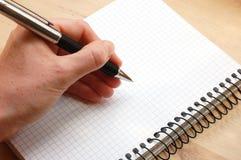 Hand schreiben eine Meldung stockbild