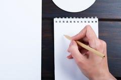 Hand schreibt auf eine weiße Liste des Papiers mit einer Stiftzusammensetzung Hohes Design des Spotts Stockbilder