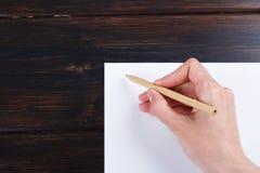 Hand schreibt auf eine weiße Liste des Papiers mit einer Stiftzusammensetzung Hohes Design des Spotts Lizenzfreies Stockbild