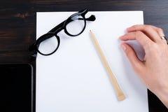 Hand schreibt auf eine weiße Liste des Papiers mit einer Stiftzusammensetzung Hohes Design des Spotts Lizenzfreie Stockfotografie