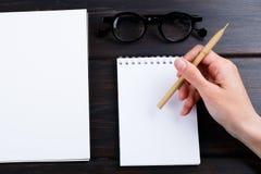 Hand schreibt auf eine weiße Liste des Papiers mit einer Stiftzusammensetzung Hohes Design des Spotts Lizenzfreies Stockfoto