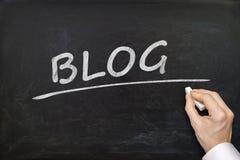 Hand schreibt Blogwort auf Tafel Lizenzfreies Stockfoto