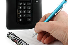 Hand schreibt eine Feder auf ein Notizbuch Stockfotos