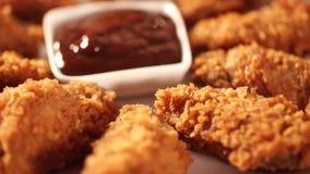 Hand setzte knusperige gebratenes Hühnerbeine in Barbecue-Soße vor essen stock video