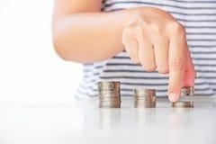 Hand setzte Münze zum Stapel Stockbilder