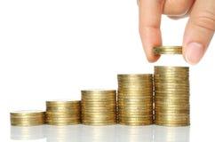 Hand setzte Münzen zum Stapel Münzen Lizenzfreies Stockbild