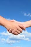 Hand shaken mellan en man och en kvinna Arkivfoto