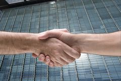 Hand shakinke en bouwend royalty-vrije stock afbeeldingen