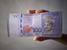 Free Hand Showing 100 Ringgit Malaysia & X28;MYR& X29; Money With Vintage Background And Selective Focus. Stock Photo - 188228620