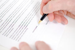 Hand signing contract Royalty Free Stock Images