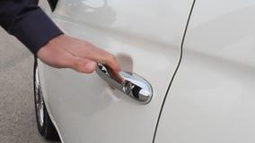 Hand Sluitende Deur van Witte Auto stock footage