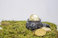 Hand sniden svart myrekkruka med treklöverer och guld- mynt på M fotografering för bildbyråer