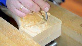 Hand-sniden wood närbild arkivfilmer