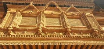 Hand snidit skogsbevuxet fönster i Nepal Royaltyfria Bilder