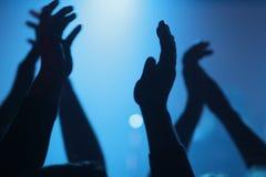 Hand som applåderar på en konsert arkivbild