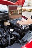 Hand som arbetar i service för auto reparation Arkivbild