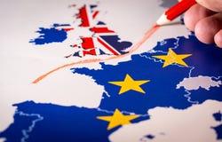 Hand som drar en röd linje mellan UK och vila av EU, Brexit begrepp arkivbild