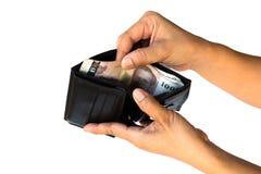 hand som drar pengar ut ur plånboken Arkivbild