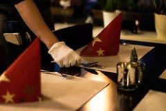 Hand som förlägger disk på dekoren för garneringar för matställe för inställning för tabell för ferie för nytt år för jul Royaltyfri Fotografi
