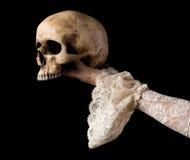 Hand som framlägger den kusliga skallen Royaltyfria Foton