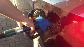 Hand som fyller på bilen med bränsle tanka stationen Bil som tankar på bensinstation Man som pumpar bensinolja arkivfilmer