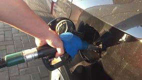 Hand som fyller på bilen med bränsle tanka stationen Bil som tankar på bensinstation Olje- pumpa bensin för man stock video