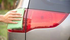 Hand som gör ren bilen arkivbild
