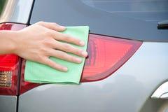 Hand som gör ren bilen arkivbilder