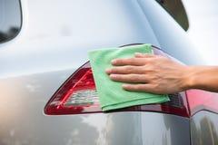 Hand som gör ren bilen royaltyfri foto