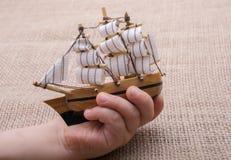 Hand - som göras att segla fartyget i hand Royaltyfri Fotografi