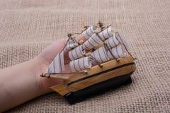 Hand - som göras att segla fartyget i hand Royaltyfria Bilder