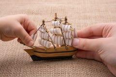 Hand - som göras att segla fartyget i hand Royaltyfria Foton