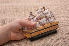 Hand - som göras att segla fartyget i hand Royaltyfri Foto