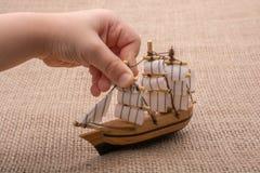 Hand - som göras att segla fartyget i hand Arkivfoton