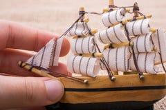 Hand - som göras att segla fartyget i hand Arkivbilder