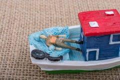 Hand - som göras att segla fartyget på kanfas Royaltyfri Foto