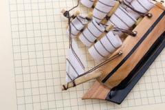 Hand - som göras att segla fartyget på papper Royaltyfria Foton