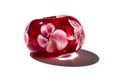 Hand - som göras röd med den glass pärlan för blommor Royaltyfri Foto
