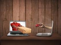 Hand som ger en ask ut ur bärbar datorskärmen Arkivfoto