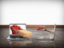 Hand som ger en ask ut ur bärbar datorskärmen Arkivbild