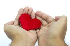Hand som ger hjärta till någon Royaltyfri Fotografi
