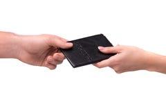 Hand som ger passet till annan person Royaltyfri Fotografi