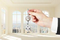 Hand som ger tangenter till nya lägenheter Arkivbild
