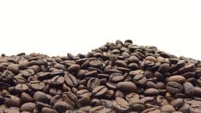 hand som 4k faller de grillade kaffebönorna Ingrediens för kaffe stock video