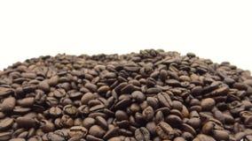 hand som 4k faller de grillade kaffebönorna Ingrediens för kaffe lager videofilmer