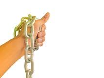 Hand som kedjas fast med järnkedjan som isoleras på vit bakgrund Arkivfoto