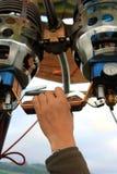 Hand som kontrollerar ballongen för varm luft Arkivfoto