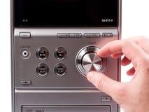 Hand som kontrollerar volym av en stereo- registreringsapparat fotografering för bildbyråer
