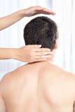 Hand som masserar mans huvud royaltyfria foton